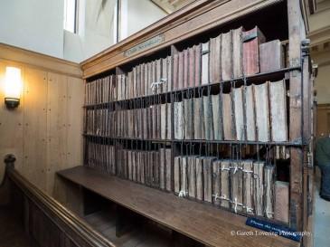 De historische bibliotheek waar boeken achter slot en grendel liggen